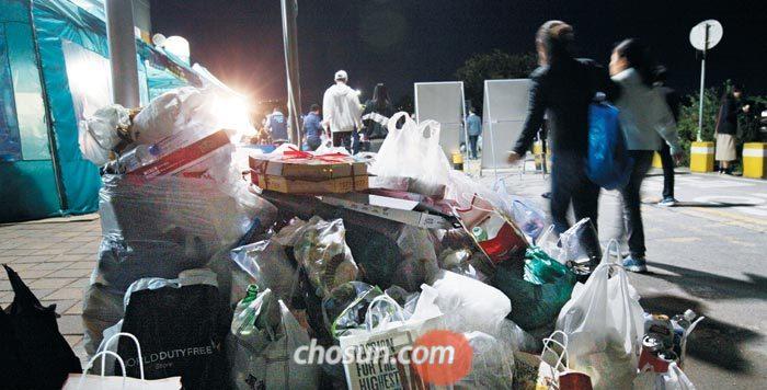 6일 밤 9시 30분쯤 서울 이촌 한강공원에서'서울세계불꽃축제'를 본 시민들이 쓰레기봉투를 길가에 쌓아놓고 귀가하고 있다.
