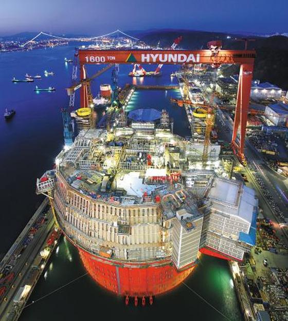 현대중공업이 47개월 만에 해양 플랜트 수주에 성공했다. 사진은 2015년 현대중공업 울산 조선소에서 해양 플랜트를 건조하는 모습.