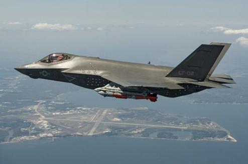 미국 국방부는 2018년 10월 11일 각 군에 배치된 스텔스 전투기 F-35의 비행을 일시 중단하고 결함이 의심되는 연료관을 조사할 계획이라고 밝혔다. 이는 지난달 28일 발생한 F-35B 추락 사고에 따른 조치다. /미 해군