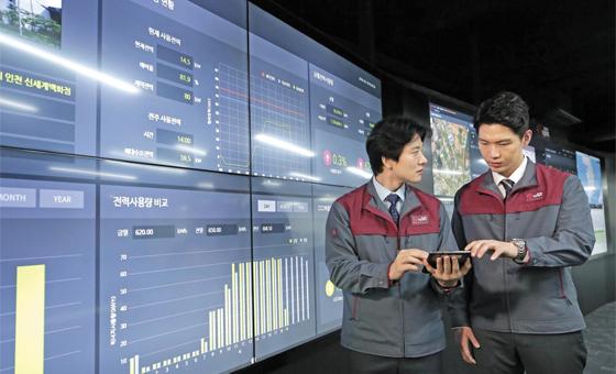 서울 공덕동에 있는 서브원 '테크놀로지 앤 러닝센터'에서 직원들이 모니터를 보면서 관리하는 건물의 전력 사용량을 체크하고 있다. 이곳에서는 전국 250여 개 빌딩과 1800개 매장의 조명, 온도뿐 아니라 화재, 정전 등의 정보를 파악하고 제어한다.