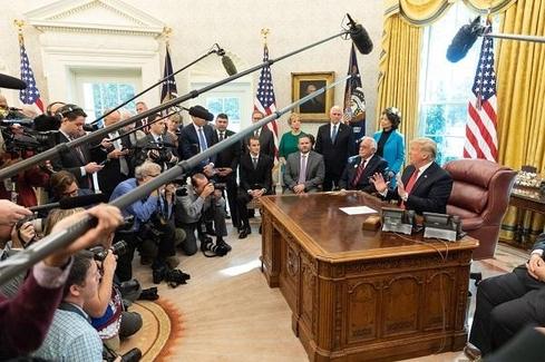 도널드 트럼프 미국 대통령이 2018년 10월 17일 백악관 집무실에서 기자들과 인터뷰를 하고 있는 모습. /트럼프 트위터
