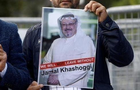 한 시위자가 2018년 10월 5일 이스탄불 주재 사우디 영사관 앞에서 실종된 사우디아라비아 국적 언론인 자말 카쇼기의 사진을 들고 있다. /WP