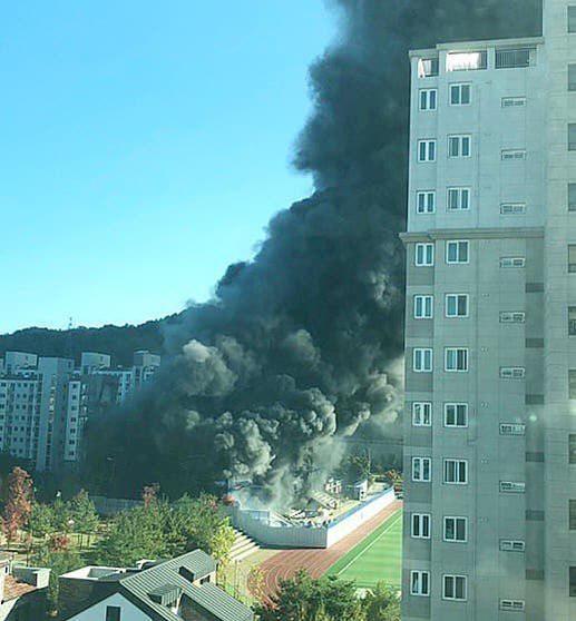 19일 대전 서구 관저동 신축공사장에서 큰 불이 나 소방당국이 진화 중이다. /독자제공