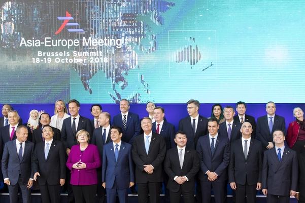19일(현지 시각) 벨기에 브뤼셀에서 폐막한 아셈(ASEM·아시아유럽정상회의)에서 각국 정상이 기념촬영을 하고 있다. 문재인 대통령은 기념촬영에 참석하지 못했다. /EPA