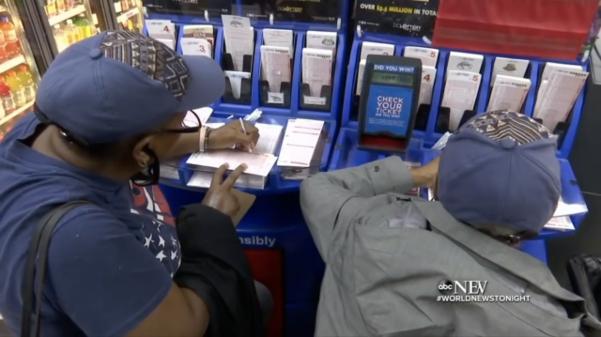 미국 전역에서 복권 광풍이 불고 있다. 사진은 2018년 10월 18일 미국 시민들이 '메가 밀리언스' 복권을 사는 모습. /ABC뉴스