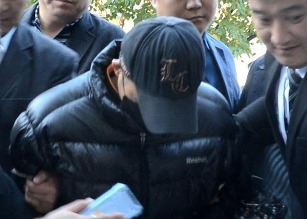 25일 오전 10시쯤 '강서 전처 살인사건' 피의자 김모(48)씨가 구속 전 피의자 심문(영장실질심사)을 받기 위해 서울남부지법에 출석하고 있다. /박소정 기자