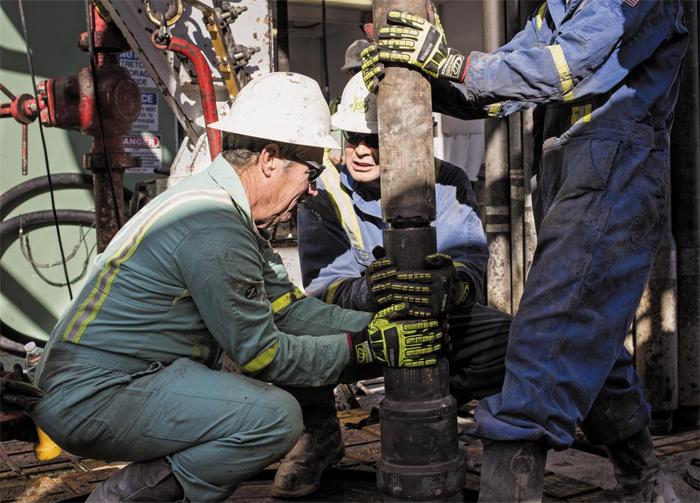 미국 텍사스의 한 셰일 유전에서 엔지니어들이 시추 장비를 설치 중이다. 미 에너지부는 자국 내 매장된 셰일가스가 25조㎥에 달한다고 했다. 이는 석유나 다른 가스 에너지와 함께 사용할 경우 약 200년간 쓸 수 있는 양이다.