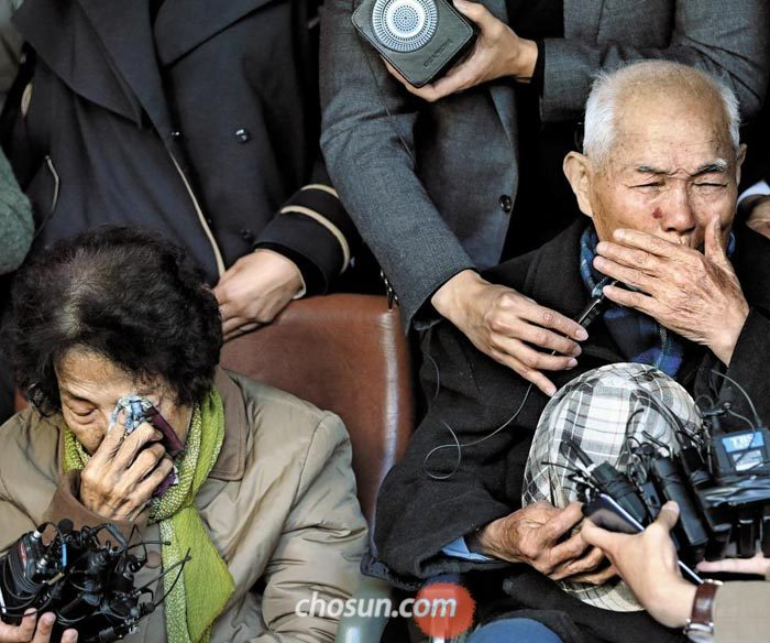 일제 강제징용 피해 생존자인 이춘식(오른쪽)씨가 30일 오후 서울 서초구 대법원 앞에서 대법원 승소 판결에 대한 소감을 밝히며 눈물을 흘리고 있다.