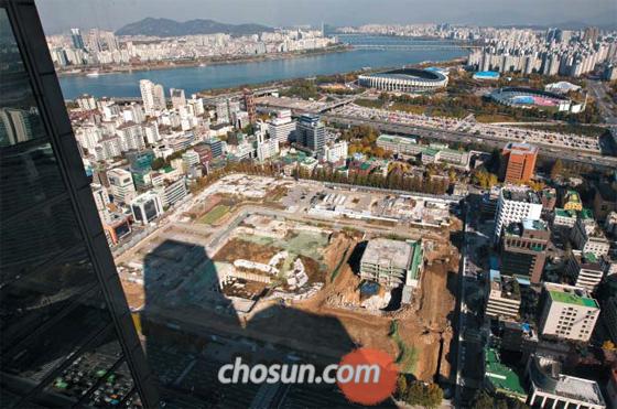 1일 오후 서울 강남구 삼성동 무역센터에서 내려다본 현대차 신사옥 부지. 현대차는 2014년 한국전력으로부터 이 땅을 사들여 105층의 신사옥을 지을 계획이었지만, 아직까지 착공 허가를 받지 못했다.