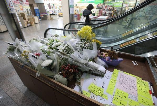 서울 강서구의 한 PC방 앞에 살인 사건으로 목숨을 잃은 아르바이트생을 추모하는 시민들의 발길이 이어지고 있다./오종찬 기자