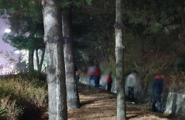 21일 오후 경남 창원에서 총파업을 벌이던 민주노총 조합원들이 갓길에서 노상 방뇨를 하고 있다. /최지희 기자