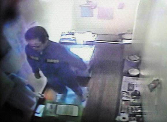 수감 중인 조두순이 지난 2010년 3월 16일 경북 청송교도소의 CCTV에 촬영된 모습./조선일보DB