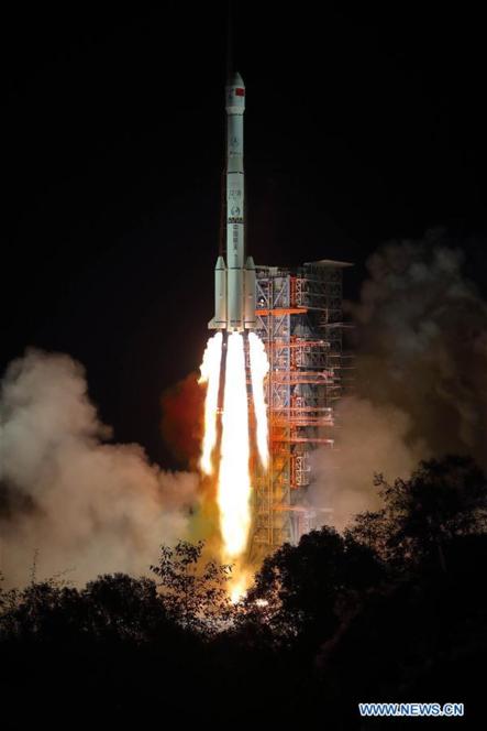 인류 최초로 지구에서는 보이지 않는 달의 뒷면에 착륙할 중국의 달 탐사선 '창어-4호'를 실은 창정3호 로켓이 2018년 12월 8일 중국 남서부 스촨성에 있는 시창 인공위성발사센터에서 발사에 성공했다. /신화