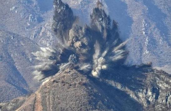 북한이 지난달 20일 오후 3시쯤 시범철수 대상인 비무장지대(DMZ) 감시초소(GP)를 폭파 방식으로 완전히 파괴했다고 국방부가 밝혔다. 사진은 폭파되고 있는 북측 GP 모습. /국방부 제공