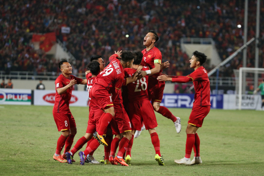 epa07232837 Vietnam's players celebrate a goal during the AFF Suzuki Cup final match between Vietnam and Malaysia at My Dinh stadium in Hanoi, Vietnam 15 December 2018.  EPA/LUONG THAI LINH      <저작권자(c) 연합뉴스, 무단 전재-재배포 금지>