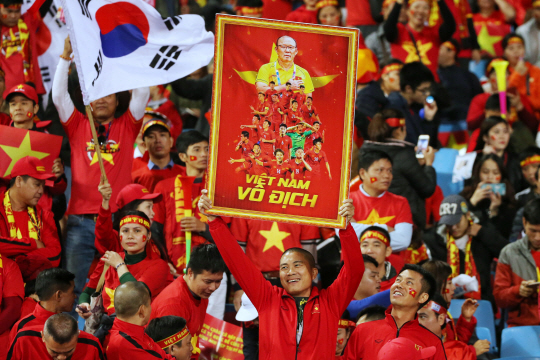 epa07232391 Vietnam's spectators cheers during the AFF Suzuki Cup final match between Vietnam and Malaysia at My Dinh stadium in Hanoi, Vietnam 15 December 2018.  EPA/LUONG THAI LINH      <저작권자(c) 연합뉴스, 무단 전재-재배포 금지>