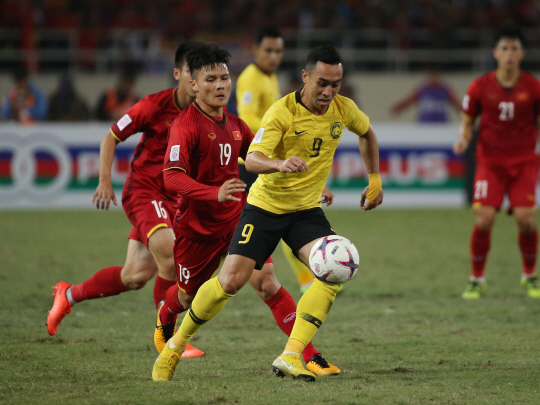 epa07233033 Vietnam's Nguyen Van Toan in action during the AFF Suzuki Cup final match between Vietnam and Malaysia at My Dinh stadium in Hanoi, Vietnam 15 December 2018.  EPA/LUONG THAI LINH      <저작권자(c) 연합뉴스, 무단 전재-재배포 금지>