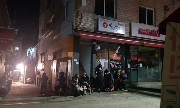 18일 새벽 4시30분 서울 서대문구 홍은동 포방터시장 내 '돈카2014'에 손님 8명이 줄을 서 있다./ 권오은 기자