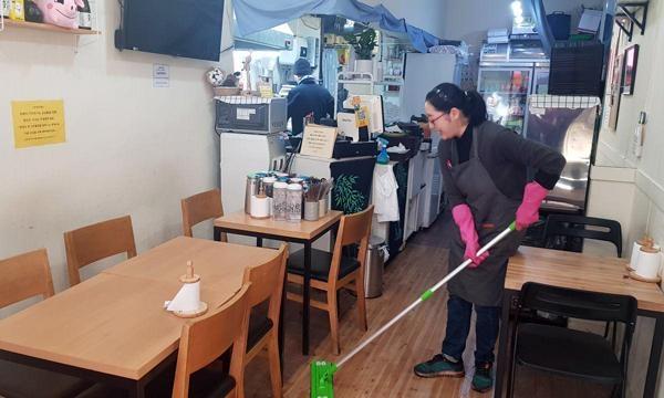 18일 오전 11시쯤 돈카2014에서 김응서씨가 주방에서 요리를 준비하고 있다. 아내 김소연씨가 매장 안을 청소 중이다./ 권오은 기자