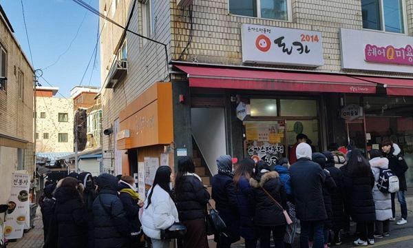 18일 오전 8시40분쯤 손님 150여명이 돈가스를 먹기 위해 줄을 서 있다./ 권오은 기자