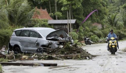 2018년 12월 24일 인도네시아 순다해협 인근 딴중 르숭 해변에서 현지 주민이 쓰나미로 무너진 건물에서 사용 가능한 물건을 찾고 있다. /연합뉴스