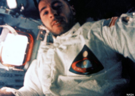 """아폴로 8호에 탑승했던 우주비행사 빌 앤더스는 24일(현지 시각) 영국 BBC의 라디오 프로그램인 '5 Live'에 출연해 """"NASA가 화성탐사에서 훨씬 더 저렴한 무인탐사를 두고 유인탐사를 고집하는 것은 웃기는 일이다""""라고 말했다. / 미국 항공우주국"""