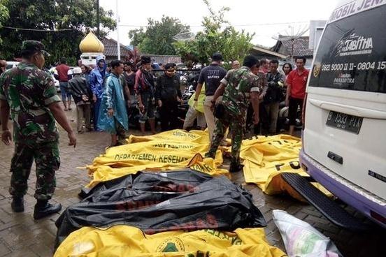 2018년 12월 23일 인도네시아 당국이 순다해협에서 발생한 쓰나미로 인한 사망자의 시신을 수습 중이다. /연합뉴스