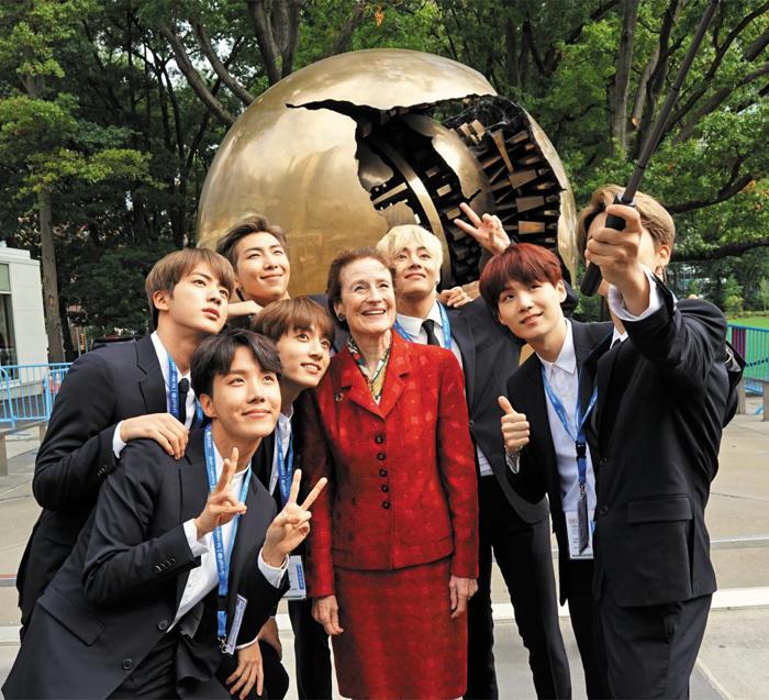 지난 9월 유엔총회 연설을 앞두고 뉴욕 유엔본부 앞에서 헨리에타 포어(가운데) 유니세프 총재와 함께 셀카봉으로 사진을 찍는 BTS 멤버들. 총재 왼쪽부터 시계 방향으로 정국·제이홉·진·RM·뷔·슈가·지민.