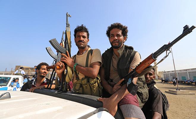 예멘 친이란 무장단체 '후티' 대원들이 지난 12월 29일 예멘 홍해 도시 후데이다에서 트럭을 타고 이동하고 있다. /로이터 연합뉴스