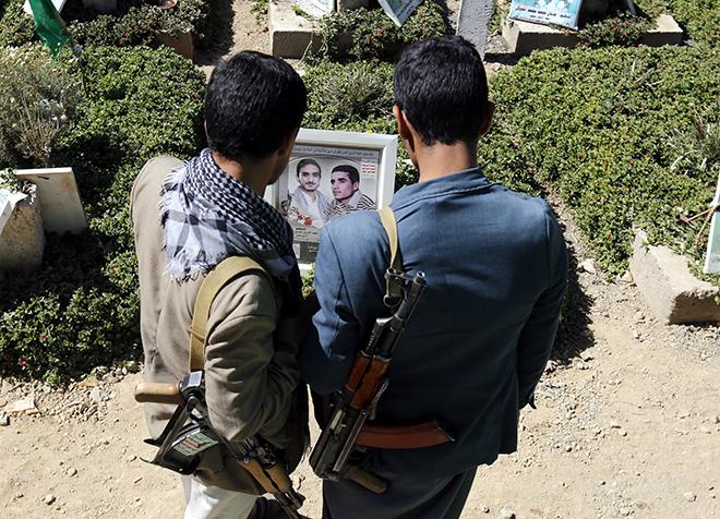 지난 12월 21일 예멘 수도 사나에서 예멘 반군 '후티'대원들이 전사한 동료 무덤을 바라보고 있다. /EPA 연합뉴스