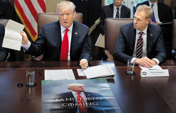 손엔 김정은 편지, 테이블엔 '제재가 오고 있다' 2일(현지 시각) 도널드 트럼프 미국 대통령이 워싱턴DC 백악관에서 열린 각료회의에서 김정은 북한 국무위원장에게서 온 친서를 들어 보이고 있다. 이날 회의 테이블에는 미 인기 드라마 '왕좌의 게임'을 패러디한 포스터가 놓여 있었다. '제재가 오고 있다'고 적힌 이 포스터는 지난해 11월 트럼프 대통령이 이란 제재를 앞두고 자신의 트위터에 공개한 것이다. 패트릭 섀너핸(사진 오른쪽) 국방부 장관대행이 트럼프 대통령의 말을 듣고 있다.