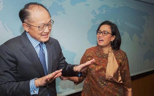 김용 세계은행 총재가 2018년 4월 국제통화기금(IMF)과 세계은행 총회 중 스리 인드라와티 인도네시아 재무장관과 이야기하고 있다. /세계은행