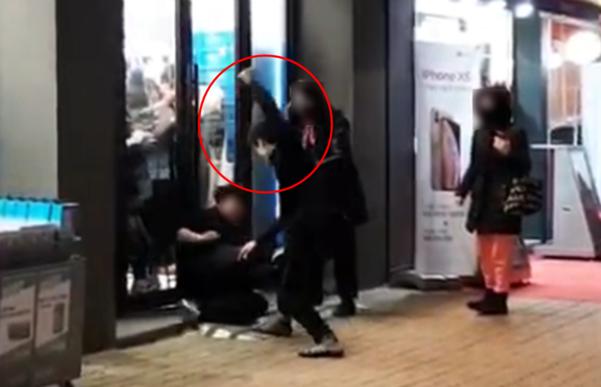 지난 13일 오후 7시쯤 서울 지하철 8호선 암사역 부근에서 한씨가 좀도둑 공범 박씨를 흉기로 위협하고 있다. /유튜브 캡처