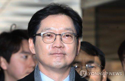 김경수 경남지사가 30일 드루킹 댓글조작 사건 1심 선고 공판이 열린 서울중앙지법에 들어서고 있다. /연합뉴스