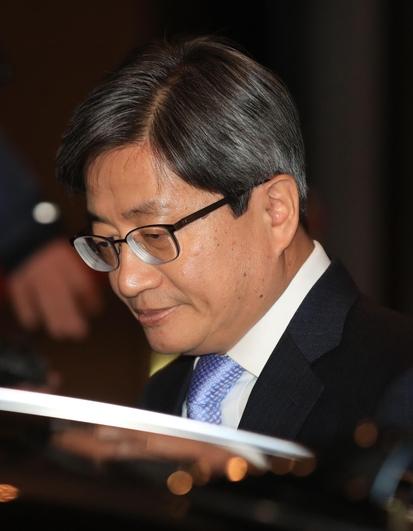 김명수 대법원장이 지난달 31일 서울 서초구 대법원 청사를 나서고 있다./연합뉴스