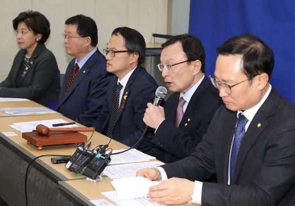 더불어민주당 이해찬(오른쪽 두 번째) 대표가 1일 오전 서울 용산역에서 열린 현장최고위원회의에서 모두발언하고 있다./ 뉴시스