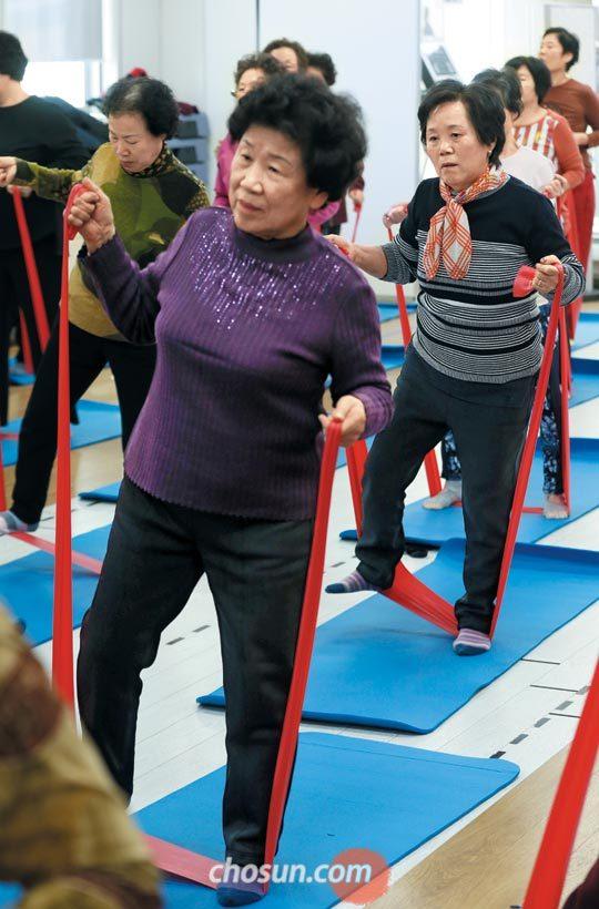 지난 28일 서울 금천보건소에서 열린'국민 체력 100'체력 증진 교실에서 어르신들이 고무 밴드를 이용해 근력 운동을 하고 있다.