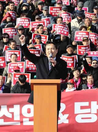 자유한국당 김진태 의원이 지난달 23일 서울 여의도 국회의사당 앞 계단에서 당 대표 출마 기자회견을 하고 있다. /연합뉴스