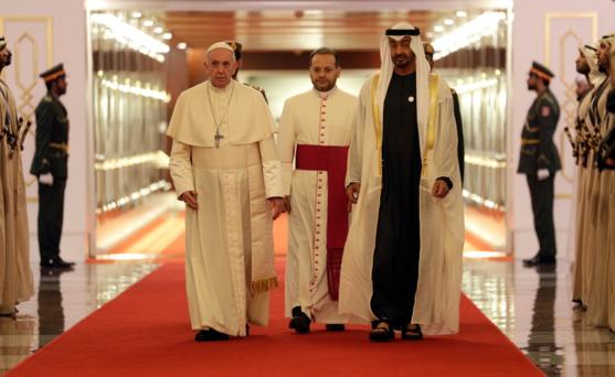 프란치스코(맨 왼쪽) 교황이 2019년 2월 3일 아랍에미리트(UAE) 수도 아부다비의 국제공항에 도착해 셰이크 무함마드 빈 자이드 알 나흐얀(맨 오른쪽) 아부다비 왕세자의 영접을 받고 있다. /폼페이오 트위터