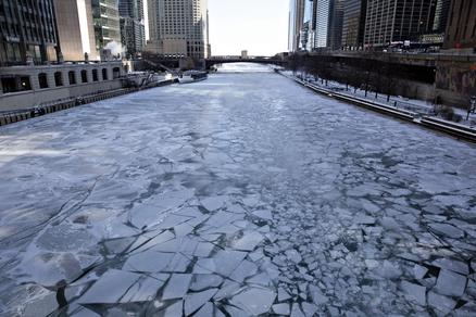 1966년 이후 최악의 한파를 기록한 지난 달 30일 시카고. 강물이 얼어붙었다. /블룸버그