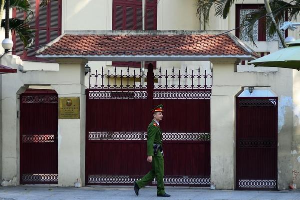 2019년 2월 27~28일 베트남에서 열릴 미북 정상회담 장소로 수도인 하노이가 결정됐다. 사진은 베트남 하노이의 북한 대사관 앞을 베트남 경찰이 순찰하고 있는 모습. /연합뉴스