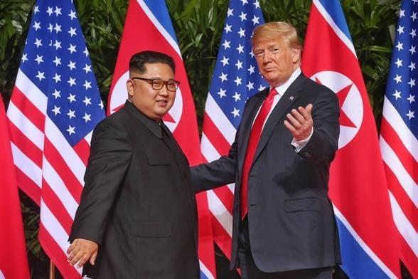 지난 2018년 6월 12일 싱가포르에서 김정은(왼쪽) 북한 국무위원장과 도널드 트럼프 미국 대통령이 기념 촬영을 하고 있다. /싱가포르 통신정보부·연합뉴스