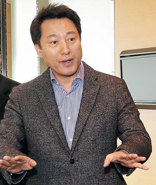 지난 10일 서울 여의도의 한 호텔에서 한국당 당권 주자들과 만나고 있는 오세훈 전 서울시장.