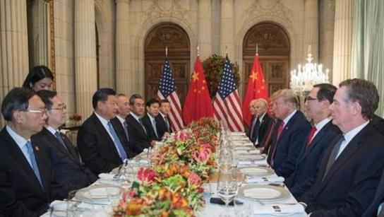 시진핑 국가주석(왼쪽 앞에서 세 번째)과 도널드 트럼프(오른쪽 앞에서 세 번째) 미국 대통령이 2018년 12월 1일 아르헨티나 부에노스아이레스에서 연 만찬에서 정상회담을 하고 있다. /신화망