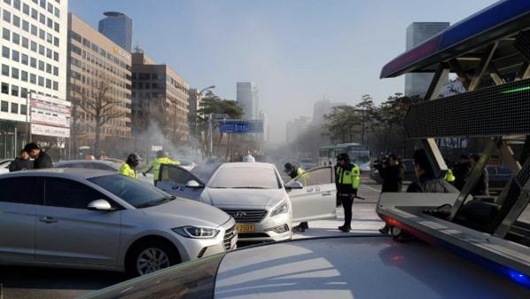 11일 서울 여의도 국회 정문 앞에서 택시기사 김모(62)씨가 분신을 시도해 병원으로 이송됐다. /독자 제공