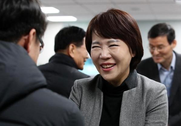 지난달 25일 오전 서울 여의도 국회 의원회관에서 비공개로 열린 택시-카풀 사회적 대타협기구 회의에서 전현희 의원이 참석해 인사를 나누고 있다./ 뉴시스