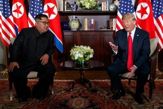 김정은 북한 국무위원장(왼쪽)과 도널드 트럼프 미국 대통령이 2018년 6월 12일 싱가포르에서 열린 미북 정상회담에서 만나고 있는 모습. /연합뉴스