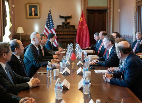 로버트 라이트하이저(오른쪽 앞에서 세 번째) 미국 무역대표부(USTR) 대표를 주축으로 한 미국 측 고위관리와 류허(왼쪽 앞에서 세 번째) 중국 부총리가 이끄는 중국 대표단이 2019년 1월 30일 백악관 아이젠하워 빌딩에서 협상을 하고 있다. /USTR