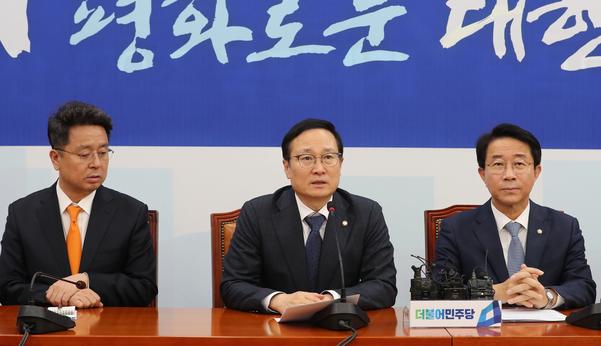 더불어민주당 홍영표 원내대표가 14일 오전 국회에서 열린 정책조정회의에서 발언하고 있다./ 연합뉴스