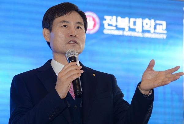 김동원 신임 전북대 총장이 19일 전북대박물관에서 기자회견을 열고 질문에 답을 하고 있다. / 뉴시스